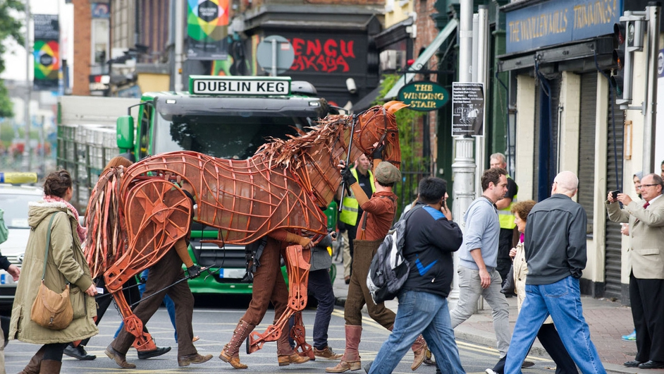 'Joey' the star of the production of War Horse makes its way through Dublin ahead of its run at the Bord Gáis Energy Theatre next year
