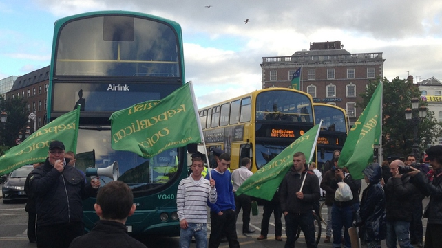 Protesters hold up traffic on O'Connell Bridge (Pic: Sinead Morris)