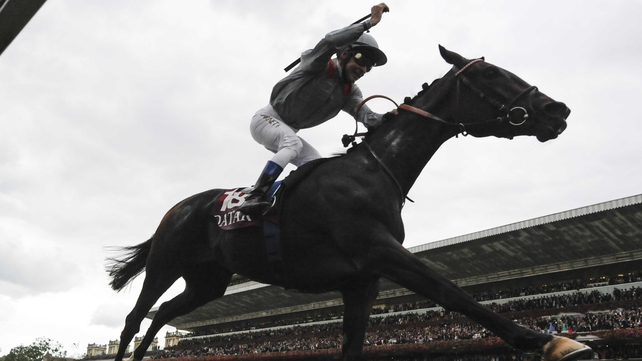 Thierry Jarnet rides Treve to win the Prix de l'Arc de Triomphe