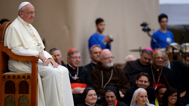 Pope Francis is to hold a synod of bishops next year to discuss issues facing the family