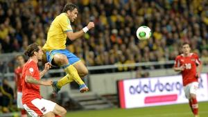 Sweden's Johan Elmander (c) and Austria's defender Emanuel Pogatetz vie for the ball