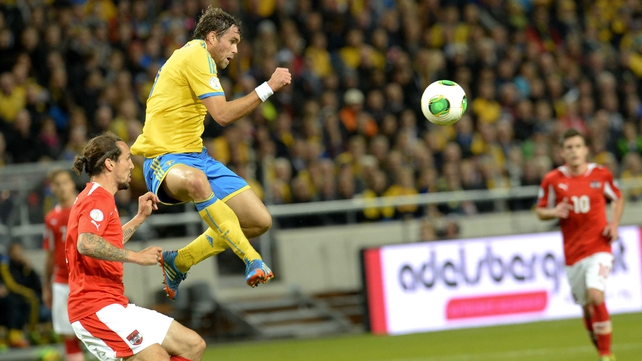 Sweden's Johan Elmander (c) and Austria's defender Emanuel Pogatetz vie for the ball