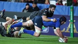 Leinster's Sean O'Brien scores a try despite Osprey's Tito Tebaldi's efforts