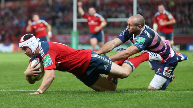 Munster's Johne Murphy scores a try despite the efforts of Gloucester's Charlie Sharples