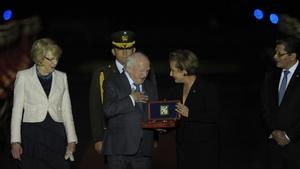 President Michael D Higgins receives the keys of the city of San Salvador from Gloria Calderon de Oñate (R)