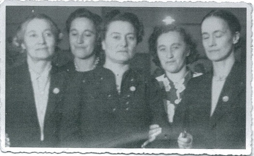 Raukawa Taiaroa (nee Ellison) is second on the right. Her younger sister Mori is second from the left.