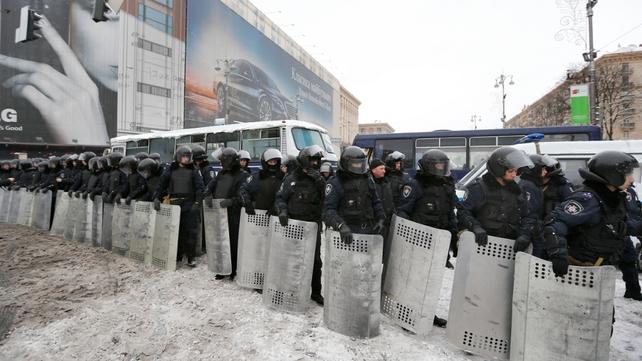 Ukrainian riot police take up position  near Kiev's city hall