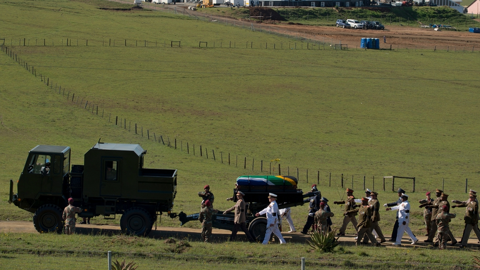 A guard of honour accompanied the Nelson Mandela on his return to Qunu
