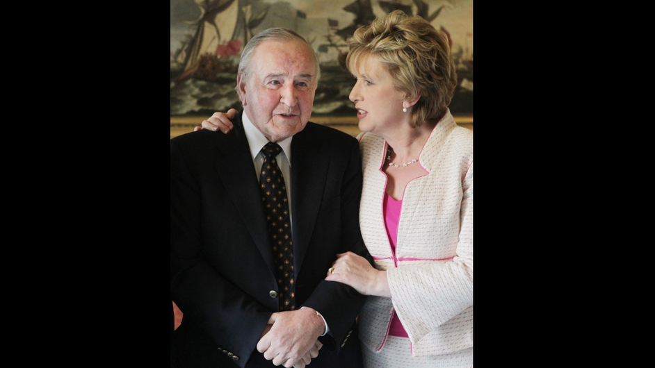 Then president Mary McAleese meets with Mr Reynolds at Áras an Uachtaráin while hosting a thank you reception for members of the Council of State in 2011 (Pic: Leon Farrell/Photocall)