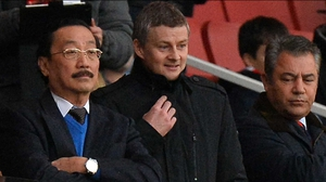 Ole Gunnar Solksjaer (R) and Cardiff owner Vincent Tan (L)