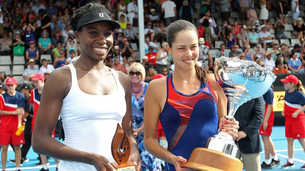 Ana Ivanovic (R) and Venus Williams pose with their trophies