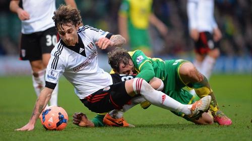 Fulham's Fernando Amorebieta (L) battles with Johan Elmander of Norwich