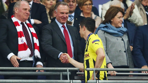 Uli Hoeness President of Bayern (L) and Karl-Heinz Rummenigge (C) offer their commiserations to Dortmund's Robert Lewandowski after the 2013 UEFA Champions League final