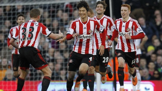 Sunderland players rush to congratulate Ki Sung-Yueng after he scored the second