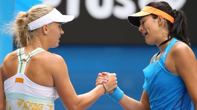 Garbine Muguruza (r) ensured that Caroline Wozniacki's wait for a slam goes on