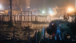 Protesters set up barricades to halt police advances