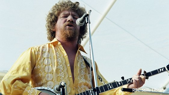 Luke Kelly at Siamsa Cois Laoi (1979) © RTÉ Archives 2185/006