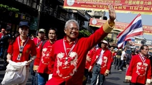 Suthep Thaugsuban (C) gestures to his supporters during a rally in Bangkok