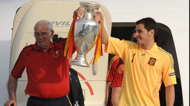 Luis Aragones (L) holds the Euro 2008 trophy with Iker Casillas