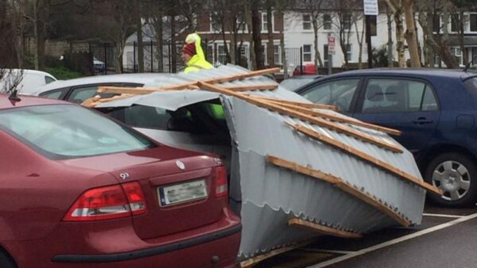 Part of a roof is blown against a car in a hotel car park in Tralee (Pic: @danieldos86)