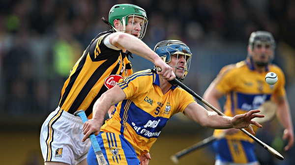 Henry Shefflin tries to dispossess Brendan Bugler