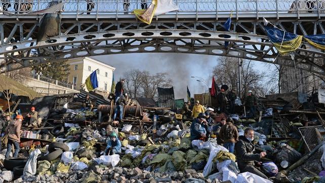 Protesters rebuild barricades in central Kiev