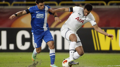 Dnipro's Victor Giuliano (l) vies with Tottenham's Etienne Capoue