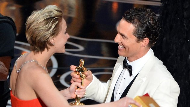 Matthew McConaughy receives his award from Jennifer Lawrence