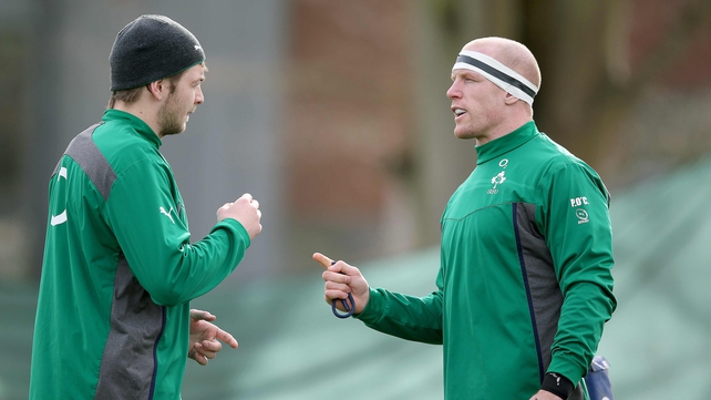 Iain Henderson talks to Paul O'Connell during Ireland training