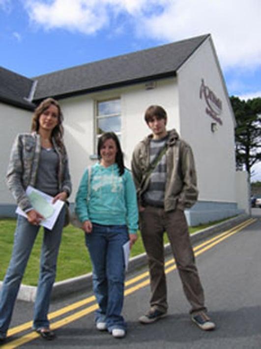 Tomás Ó Neachtain & scoláirí ón gcampa samhraidh ar an gCeathrú Rua.