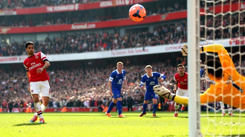 Mikel Arteta scores from the spot against rivals Everton