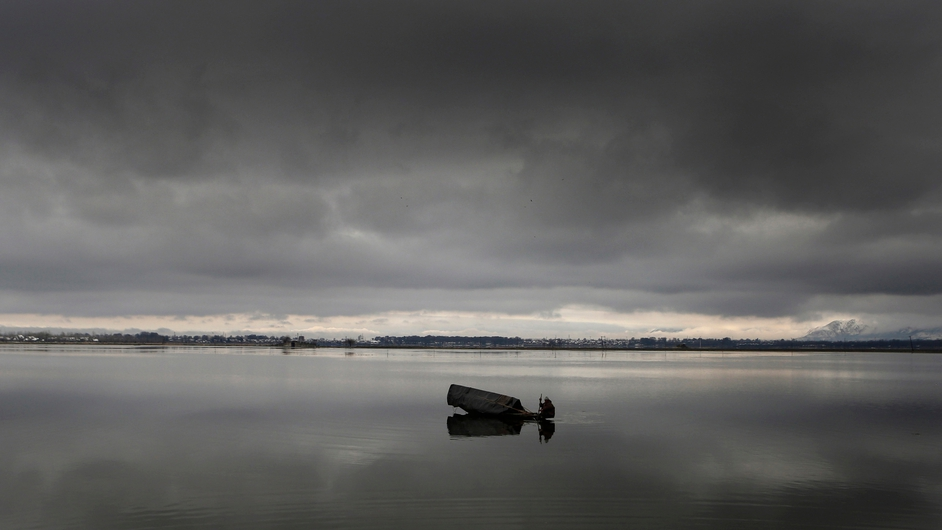 A Kashmiri Muslim boatman rows his boat in cloudy weather at Dal lake in Srinagar, the summer capital of Indian Kashmir (Pic: EPA)