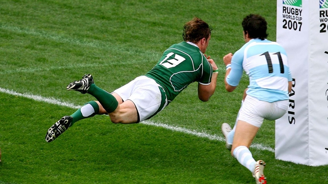 Brian O'Driscoll scoring a try against Argentina in 2007