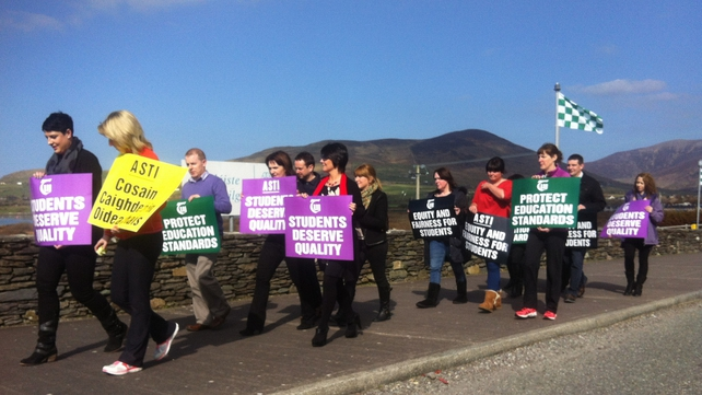 Teachers protesting outside Coláiste na Sceilge, Caherciveen in Co Kerry