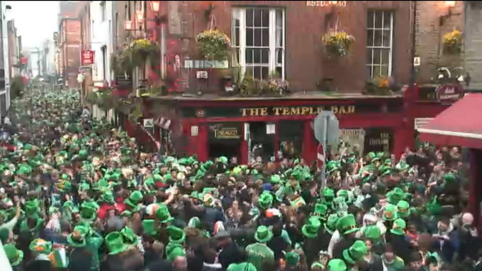 Crowds gather in Dublin's Temple Bar (Pic: Earthcam)