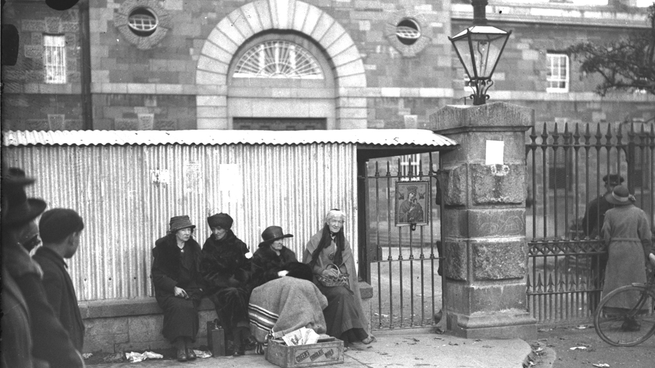 An unknown woman and Cumann members Maud Gonne MacBride, Mary MacSwiney and Charlotte Despard protesting outside Mountjoy (Pic: RTÉ Stills Library)