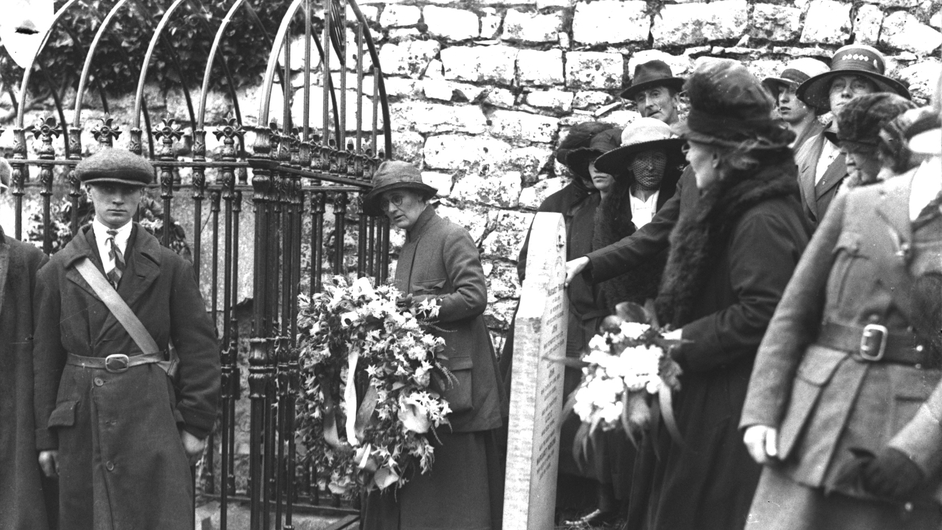 Constance Markiewicz lays a wreath at the grave of Wolfe Tone (Pic: RTÉ Stills Library)