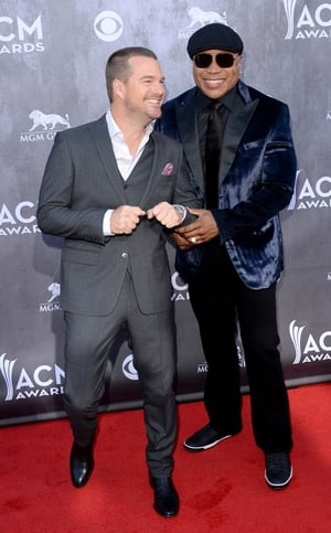 Chris O'Donell and LL Cool J have fun on the red carpet