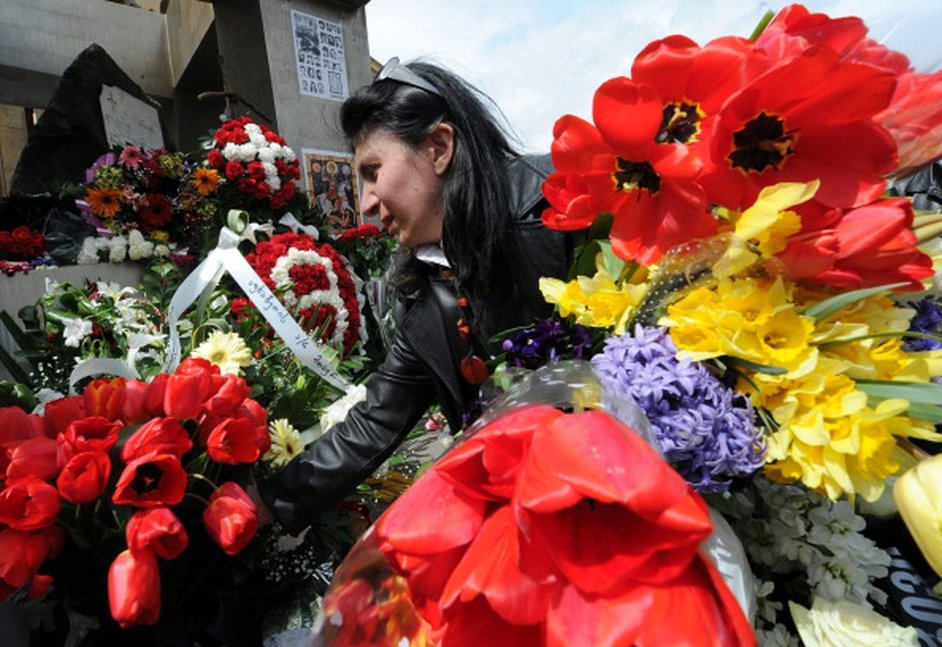 A woman lays flowers at the monument to the victims of the 1989 crackdown of a mass anti-Soviet demonstration by Soviet troops in central Tbilisi