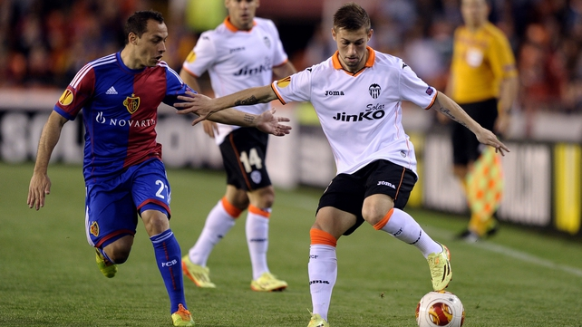 Basel's Chilean midfielder Marcelo Diaz (L) vies with Valencia's midfielder Fede Cartabia