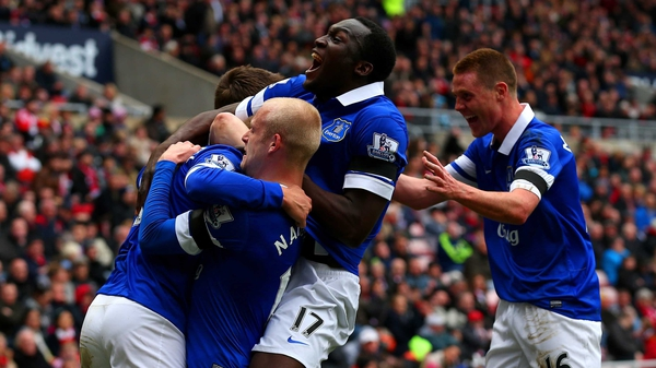 Steven Naismith, Romelu Lukaku and James McCarthy celebrate after Wes Brown's own goal