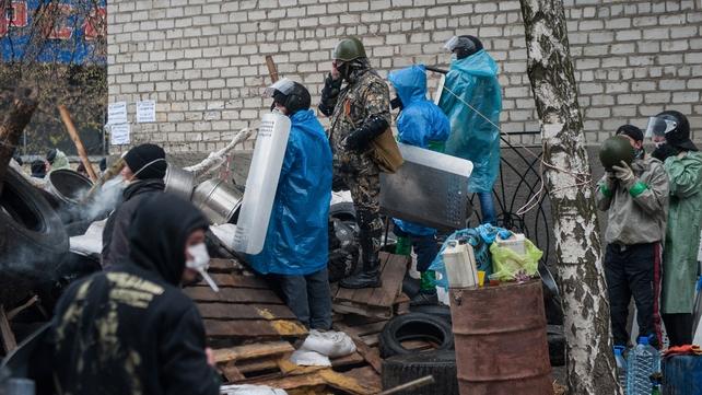 Pro-Russian protester's man a barricade in Slaviansk (Pic: EPA)