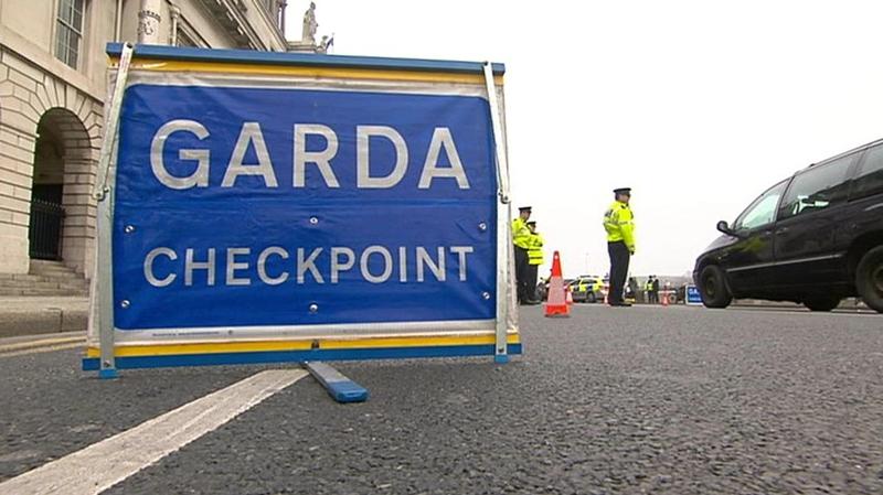 Tá scuainí fada trachta á dtuairisciú áit a bhfuil pointí seiceála ag na Gardaí i nDún na nGall