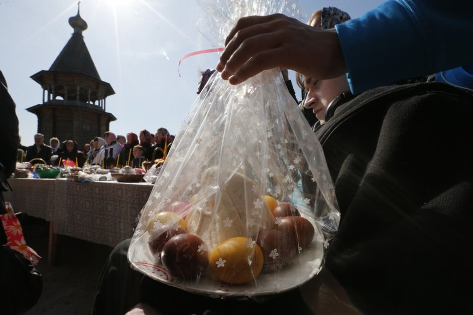 Russian Orthodox believers carry food during their Orthodox Easter holiday celebration at Pokrovsky Cathedral outside St.Petersburg, Russia.