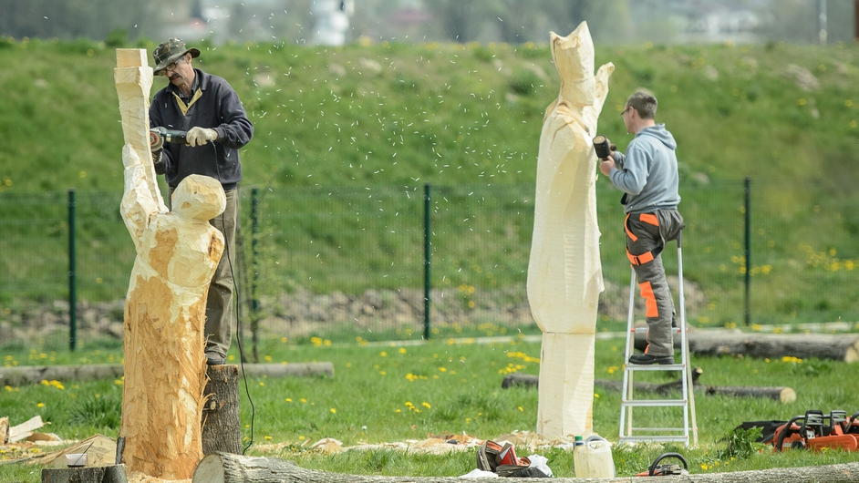 Polish sculptors work on wooden statues of Pope John Paul II (Pic: EPA)