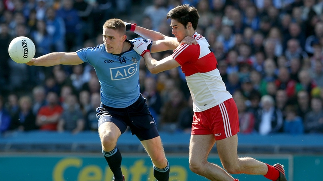 Derry's Chris McKaigue (L) tries to get to grips with Dublin's Eoghan O'Gara