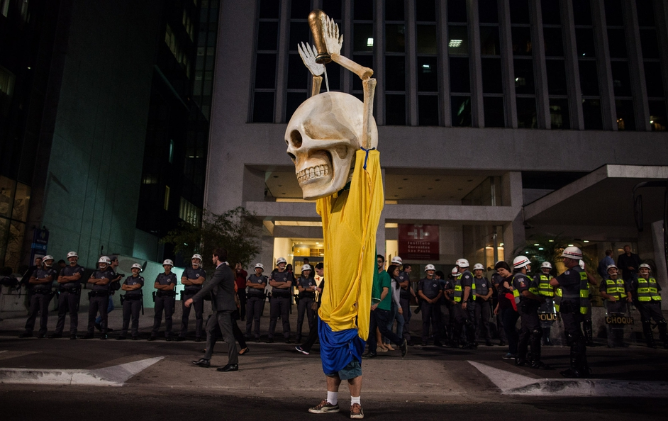 A large puppet shaped with a human skull with the clothes of the Brazilian team symbolizes the death of 14 workers employed in the construction of stadiums for the 2014 World Cup