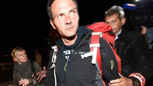 Rogue trader Jerome Kerviel gives himself up to French authorities