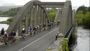 Stage 5: The peloton rides over Kenmare Bridge