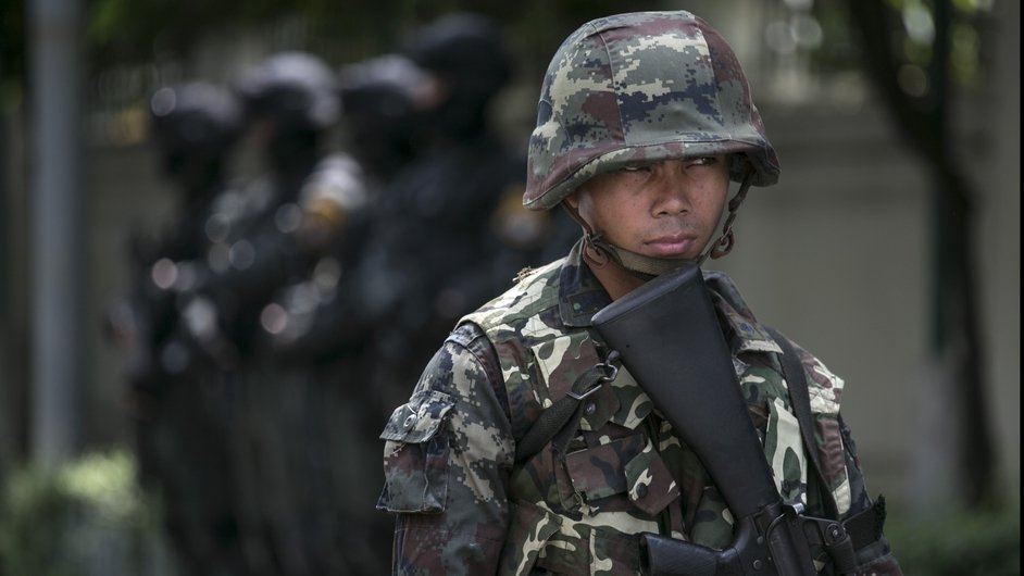 Thai soldiers stand guard near government buildings in Bangkok